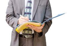 annotare-le-sue-idee-uomo-d-affari-con-un-archivio-di-documento-disposizione-45011154
