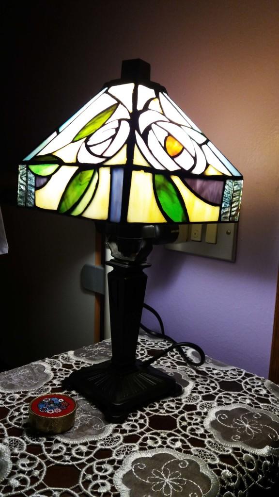 lampada da comodino tiffany viola, gialla, verde