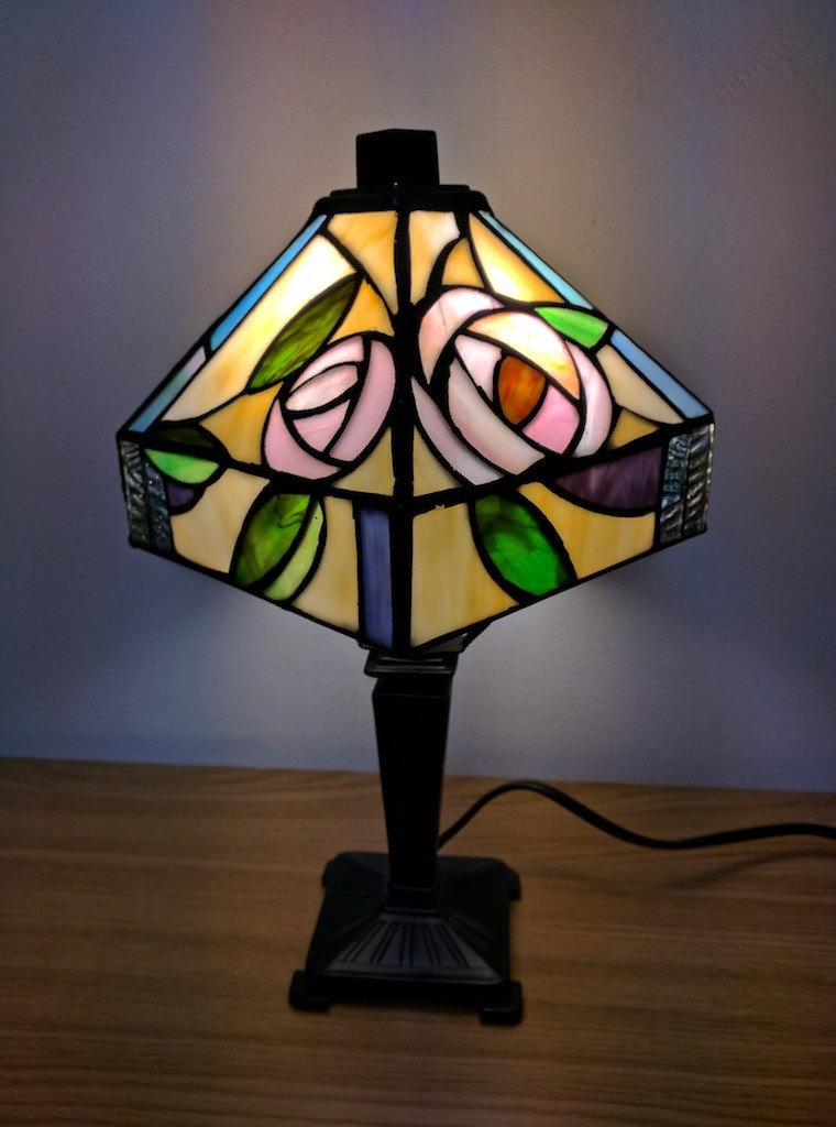 lampada tiffany comodino accesa