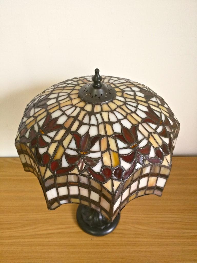 lampada da tavolo tiffany rossa, gialla e bianca 2