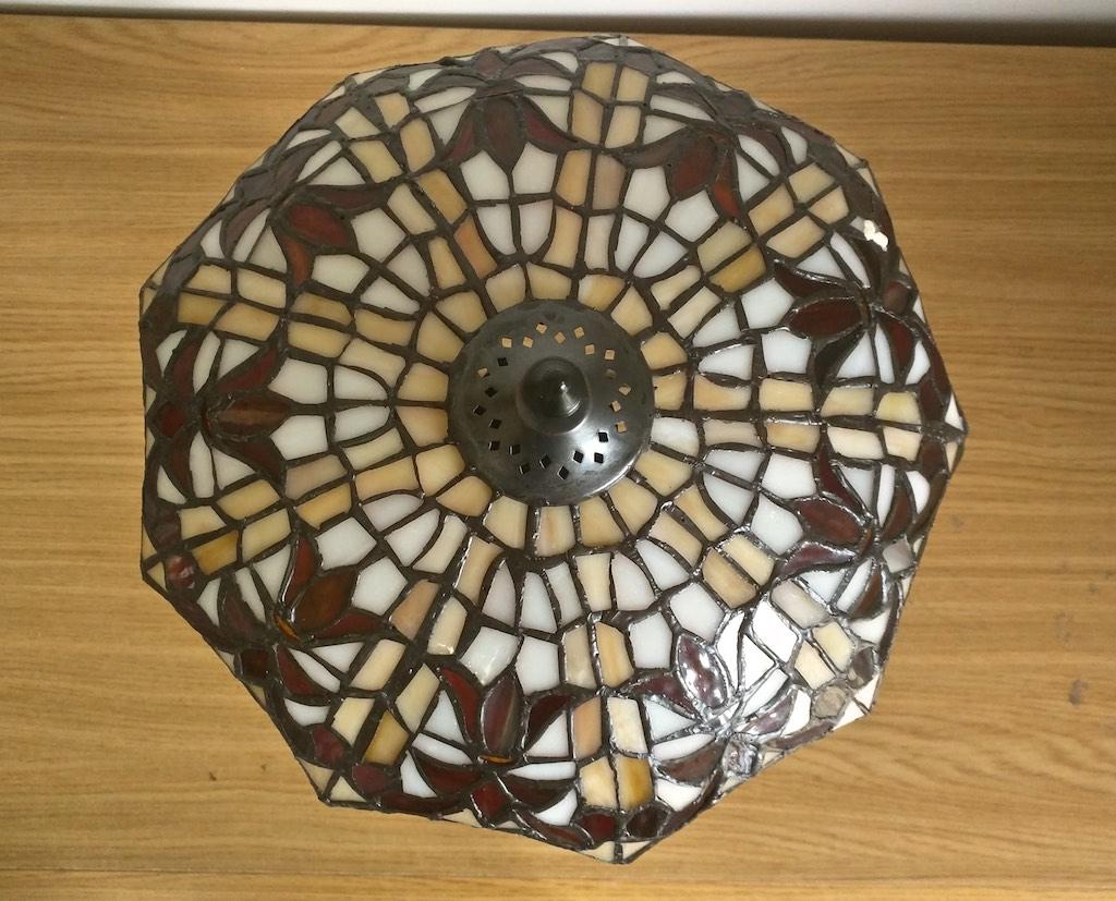 lampada da tavolo tiffany rossa, gialla e bianca 3