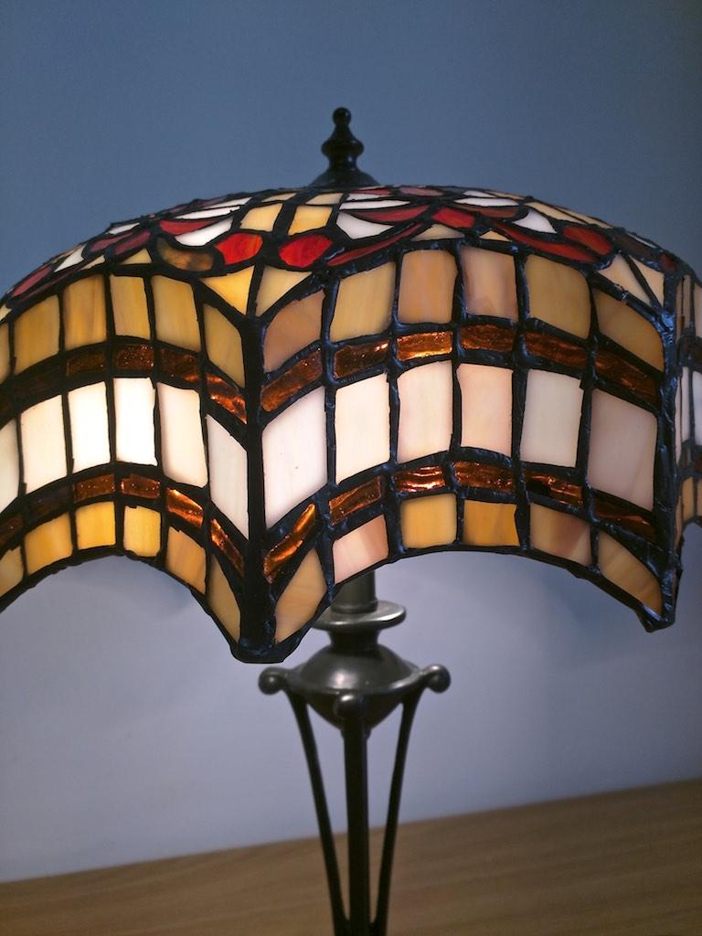 lampada da tavolo tiffany rossa, gialla e bianca 4