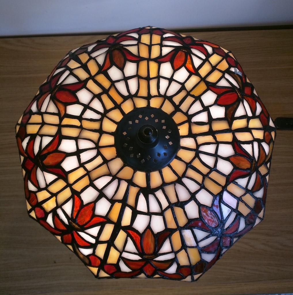 lampada da tavolo tiffany rossa, gialla e bianca 5