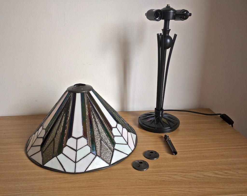 Come montare la lampada da tavolo tiffany moderna - Lampada moderna da tavolo ...