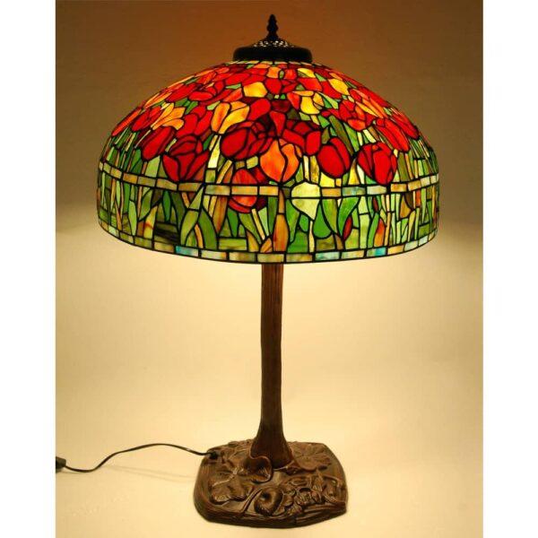 lampada da tavolo tiffany con tulipani rossi accesa