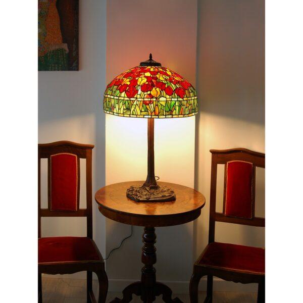 lampada da tavolo tiffany con tulipani rossi accesa posizionata