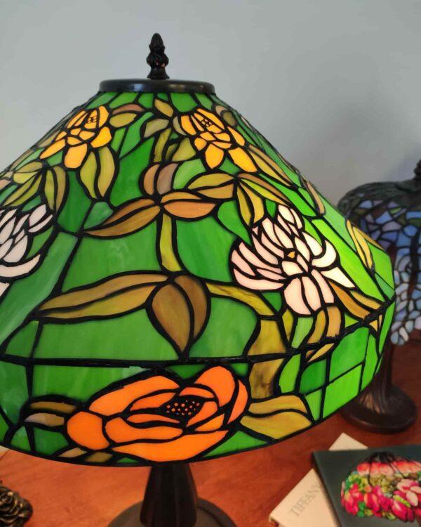lampada da tavolo tiffany verde con fiori 1